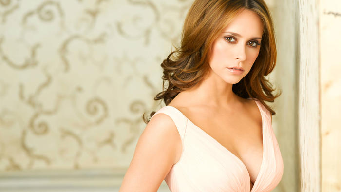 Jennifer Love Hewitt in GHOST WHISPERER on getTV